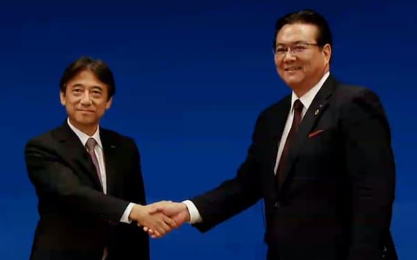 オンラインの記者会見で握手するNTTドコモの吉沢社長(左)と井伊次期社長(29日)