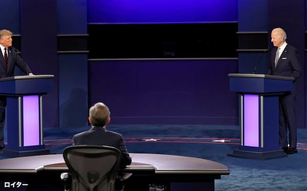 29日、テレビ討論会に臨んだトランプ氏(左)とバイデン氏(中西部オハイオ州クリーブランド)=ロイター