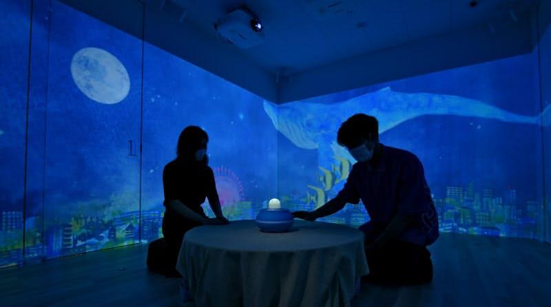 ダイキンの次世代空調システムが施された部屋でロボットなどの端末に触れると、気分に応じた映像が壁に映し出される(大阪府吹田市)