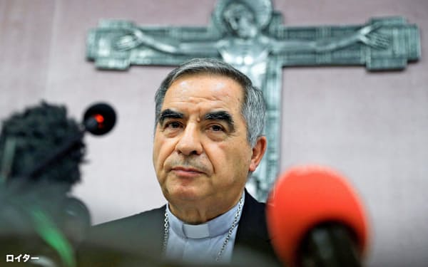 辞任した翌日に記者会見するジョバンニ・アンジェロ・ベッチウ枢機卿(25日)=ロイター