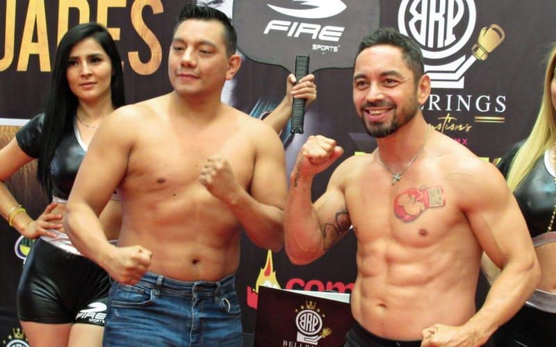 ポーズをとるミハレス氏(左)とモンティエル氏(メキシコ州トラネパントラ)