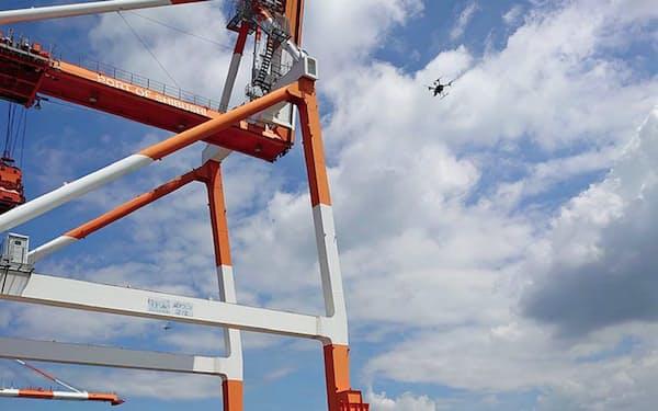 港湾クレーンの点検をドローンで実施した(7月下旬、鹿児島県志布志港)