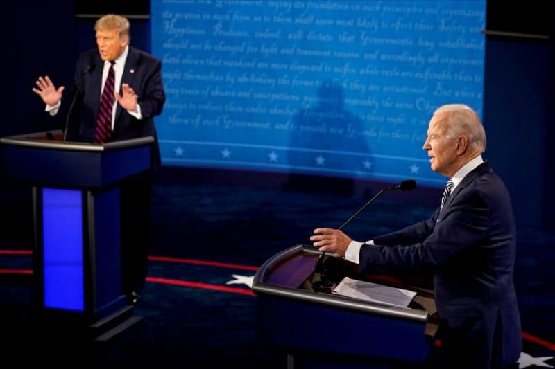 第1回テレビ討論会で議論するトランプ氏(左)とバイデン氏(29日、オハイオ州)=ロイター