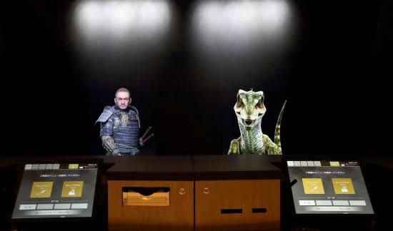 「変なホテル 奈良」では、フロントでホログラムによる恐竜や侍が出迎える