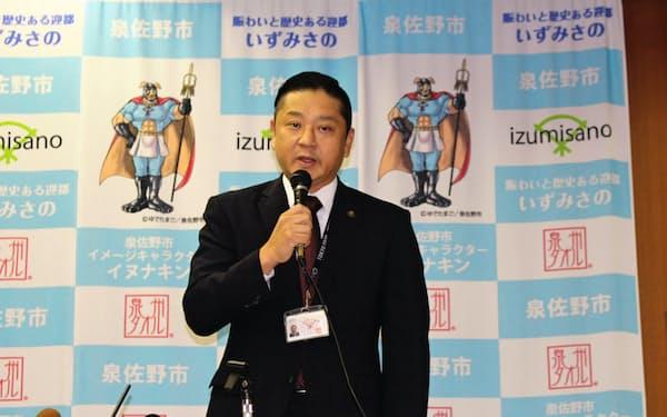 ふるさと納税の新しい仕組みについて記者会見する千代松大耕・泉佐野市長(30日、同市役所)