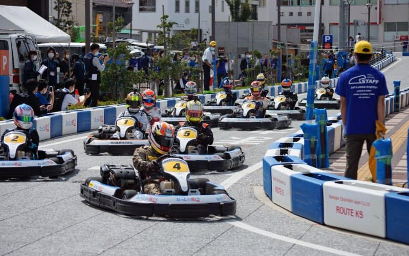 島根県江津市で開かれた日本初の公道レース。11台のカートが参加した