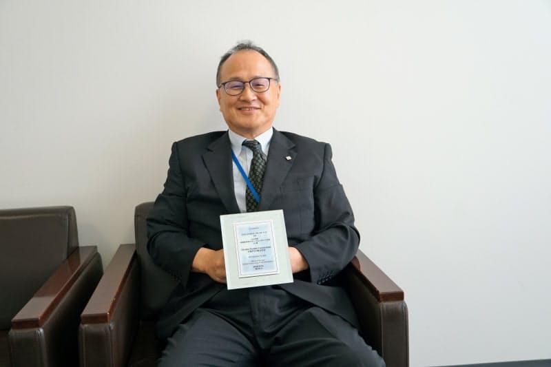 経済産業省グローバルニッチ12bet国际平台企業の認定証を手にする大塚テクノの月井社長