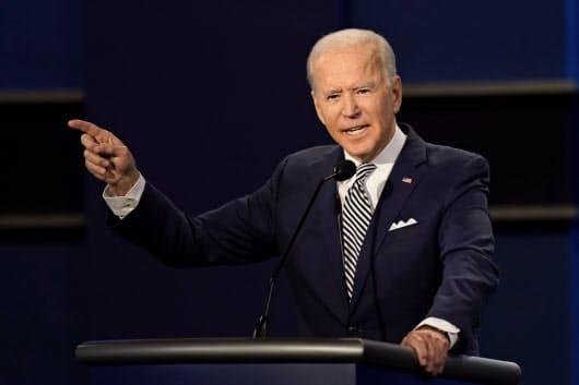 第1回テレビ討論会で発言する民主党候補のバイデン前米副大統領(29日、米オハイオ州)=AP