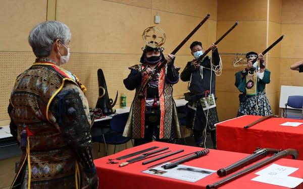 分業体制が鉄砲の大量生産を可能にした(堺火縄銃保存会が実演した鉄砲発射の手順、8月)