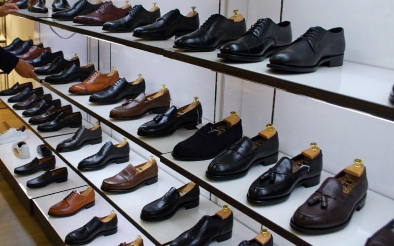 多彩なブランドの革靴が並ぶ(東京都中央区の高島屋日本橋店)