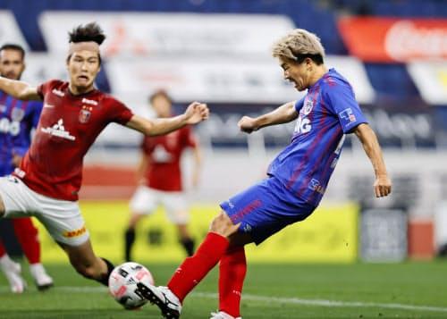 浦和―FC東京 前半、先制ゴールを決めるFC東京・永井=右(30日、埼玉スタジアム)=共同