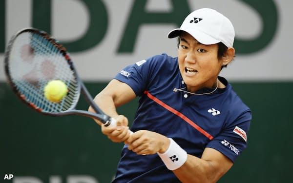 男子シングルス2回戦 ユーゴ・ガストンと対戦する西岡良仁(30日、パリ)=AP