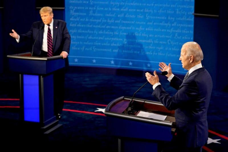 トランプ米大統領(左)と民主党のバイデン前副大統領の初のテレビ討論会は酷評されている=ロイター