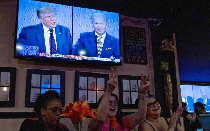テレビ討論会を視聴するトランプ米大統領の支持者(9月29日、カリフォルニア州)=ロイター
