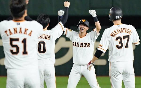 かつて仁志さんがレギュラーで活躍したポジション、巨人の二塁を現在は吉川尚(右から2人目)が守る=共同