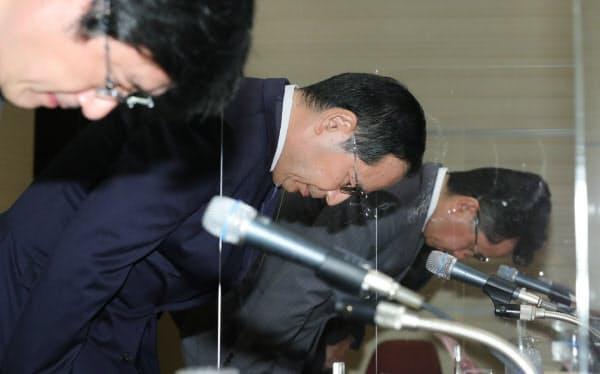 記者会見で頭を下げる東京証券取引所の宮原社長(中)ら(1日、東京都中央区)