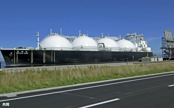 日本は米国からもLNGを輸入(北海道電力の燃料基地に到着した輸送船、北海道石狩市)=共同