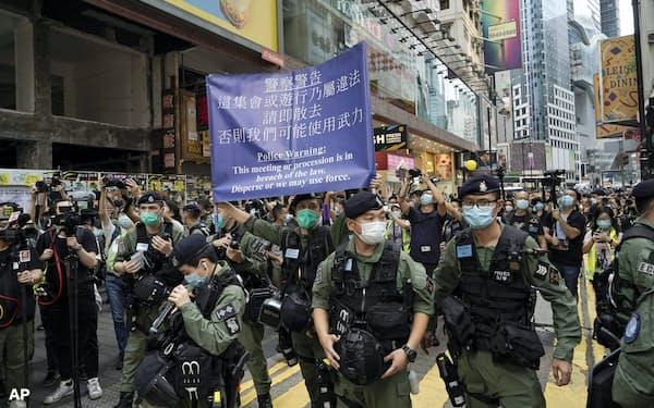 1日、香港警察は繁華街に集まった若者らに解散を命じた=AP