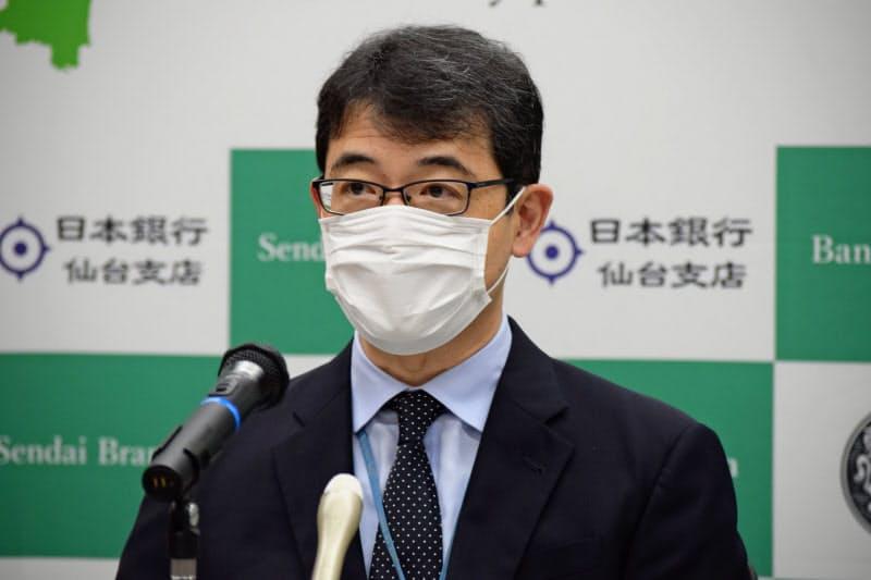 岡本支店長は「景況感は持ち直し傾向にあるとみている」と指摘する(1日、日銀仙台支店)