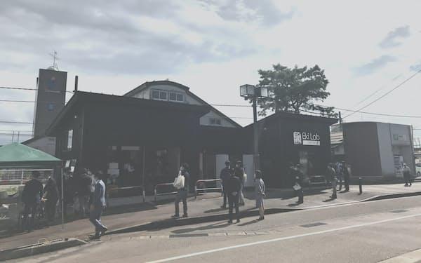 帯織駅の駐車場跡地に建設した(新潟県三条市)