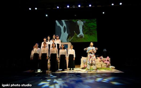 Qによる「バッコスの信女―ホルスタインの雌」(兵庫県豊岡市の城崎国際アートセンター)                                                       (C)igaki photo studio