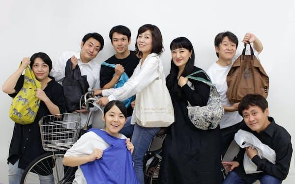 ゲストに浪曲師の春野恵子(右から3番目)、キャラメルボックスの坂口理恵(同4番目)を迎えた
