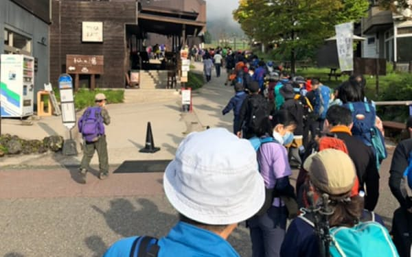 自粛で低調だった観光需要にも回復の兆し(9月、長野県小谷村の登山客)