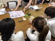 狭山茶スイーツについて不二家の担当者らと打ち合わせする所沢高校の生徒(8月、埼玉県所沢市)
