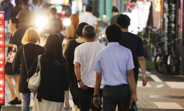 繁華街に人も戻りつつある(大阪・ミナミ)