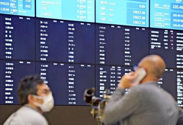売買が終日停止され、ボードの株価表示が消えた東京証券取引所(1日)=共同