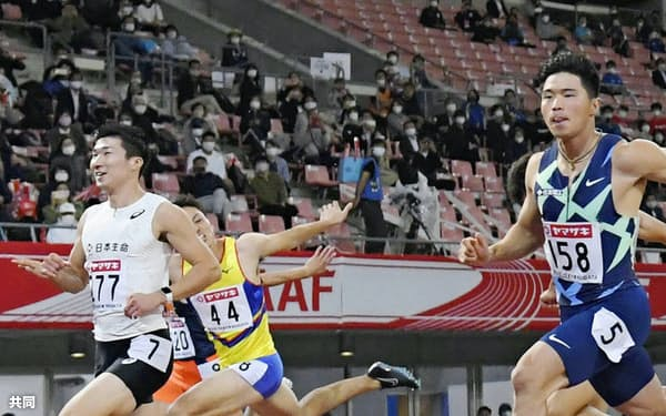 男子100メートル準決勝 10秒27の1組1着で決勝進出を決めた桐生祥秀(左)。右手前は10秒28で2着の小池祐貴(1日、デンカビッグスワンスタジアム)=共同