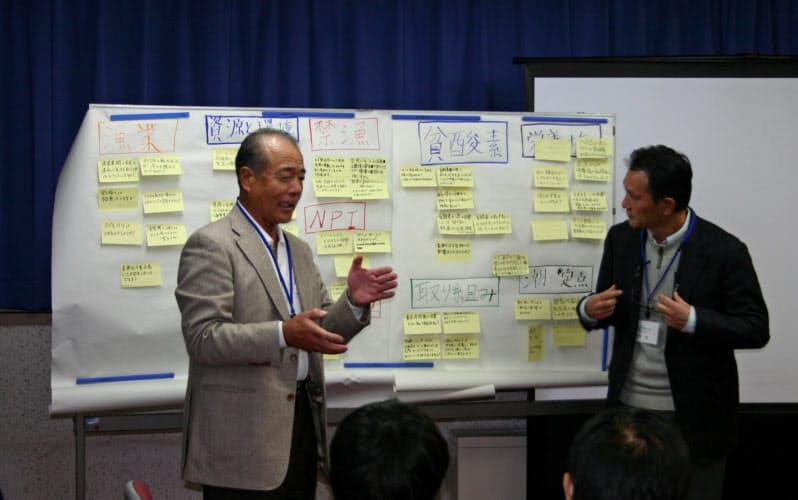 「江戸前の海とシャコを知ろう」の談話会で話す小山紀雄横浜市漁協組合長(当時、左)と河野博教授(2010年11月、東京海洋大)