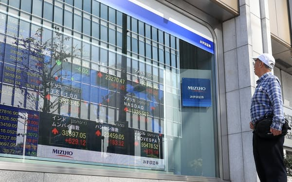 東証の取引が再開し、値が表示された株価ボード(2日午前、東京都中央区)