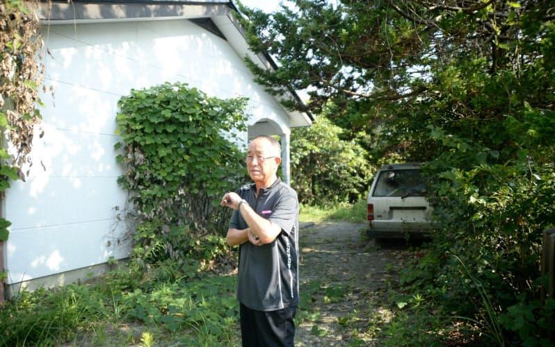 除染か解体かの選択を迫られた自宅を見つめる渡部勝以さん(福島県双葉町)