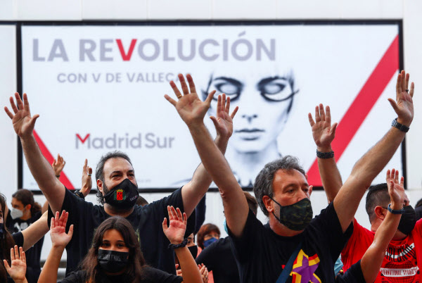 スペインでは新型コロナによる経済危機で失業者が急増し、厳しいコロナ対策に対する抗議デモが頻発する=ロイター
