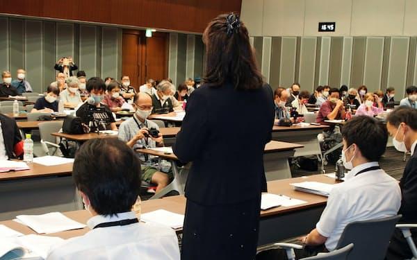 最高裁での弁論後、内容を説明する大阪医科薬科大訴訟の原告女性(9月15日、参議院議員会館)