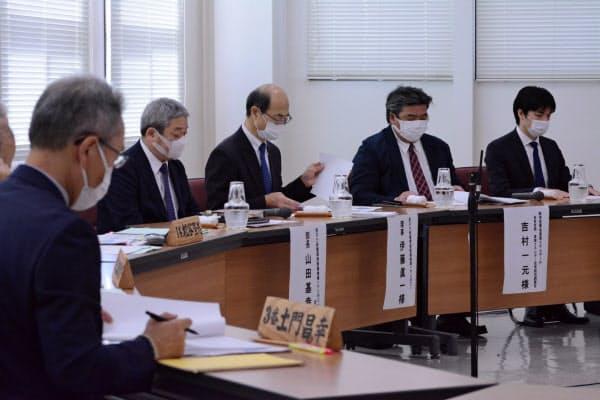 文献調査の請願について審議する神恵内村議会の総務経済委員会(2日、神恵内村、代表撮影)