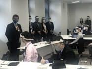 「霞が関働き方改革推進チーム」の会合であいさつする河野国家公務員相(2日、内閣府)