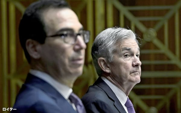 FRBのパウエル議長(右)は、ムニューシン財務長官と歩調を合わせる(9月22日)=ロイター