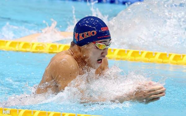 男子100メートル平泳ぎを59秒55の大会新で初制覇した慶大の佐藤翔馬(2日、東京辰巳国際水泳場)=共同・代表撮影
