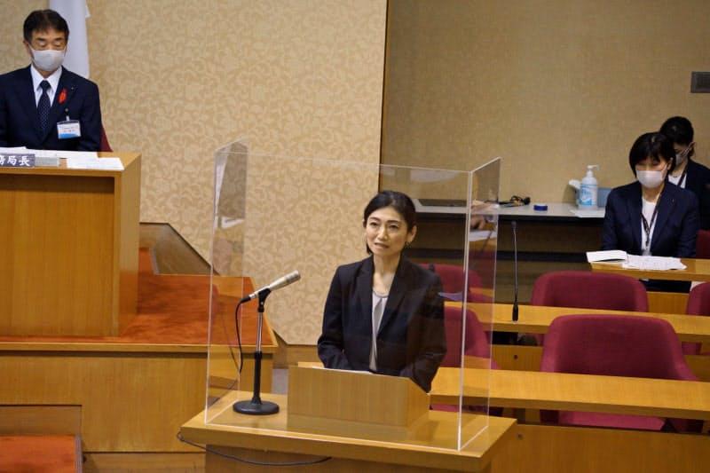 松江市議会で意見陳述する島根大学の片岡佳美教授(中央)
