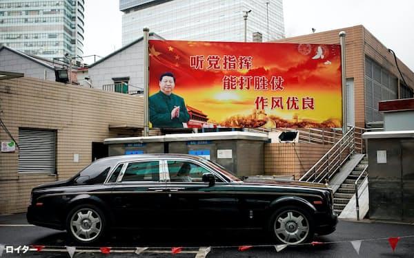 習指導部が掲げるスローガン。内容は「党の指揮に従え。戦って勝てる能力を身に付けよ。仕事ぶりをさらに良くせよ」(上海市内)=ロイター