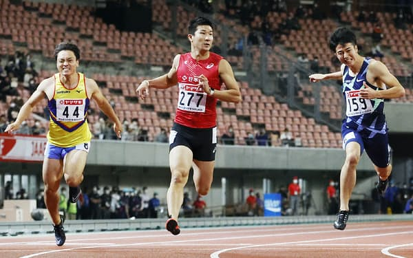 男子100メートルで優勝した桐生(中)
