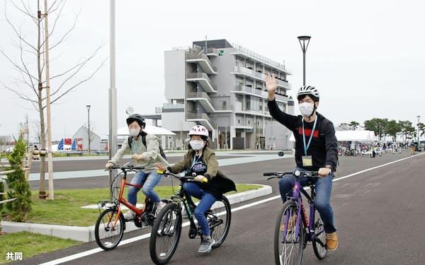 宮城県名取市閖上地区で再開した市サイクルスポーツセンターで、自転車に乗る利用客(3日午後)=共同