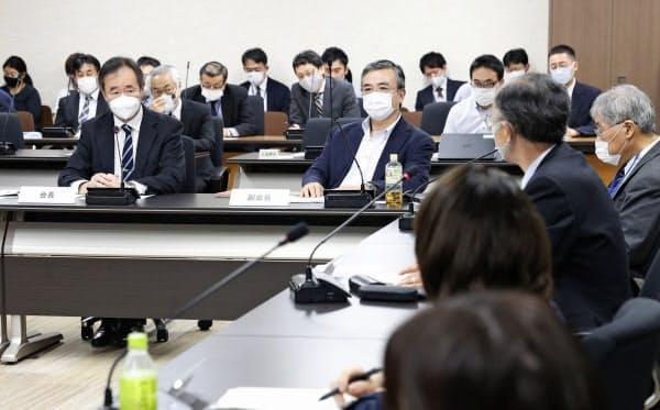 東京都内で開かれた日本学術会議の幹事会。新会員候補人事問題で、菅首相に対し6人の任命と説明を求める要望書を決定した。左端は梶田隆章会長(3日午後)=共同