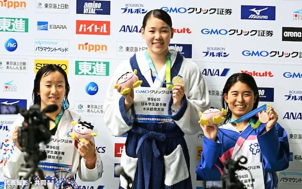 女子200メートル自由形で3連覇を果たした東洋大の白井璃緒=中央(東京辰巳国際水泳場)=代表撮影・共同