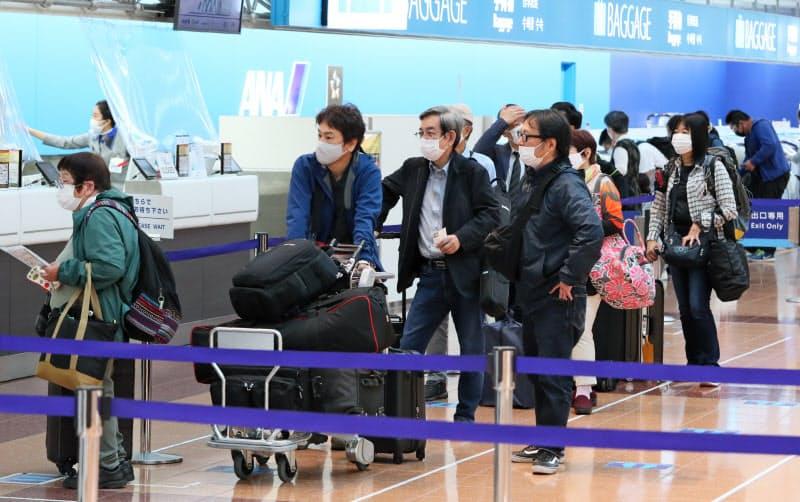混雑する羽田空港国内線の出発ロビー(1日)