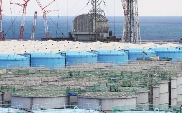 福島第1原発の敷地内には処理水を入れたタンクが並び、22年10月にも満杯になる見通しだ。