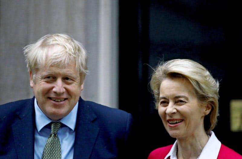 ジョンソン英首相(左)とフォンデアライエン欧州委員長はFTA交渉を続けることで合意した(写真は1月)=ロイター