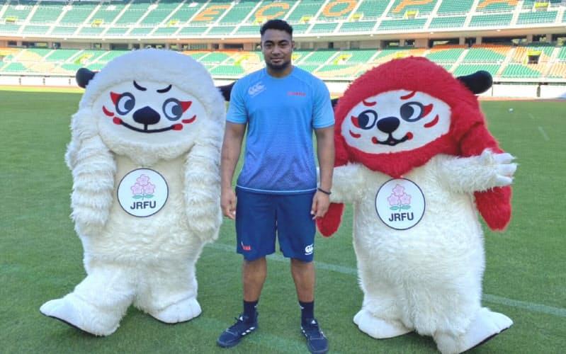 日本代表のヘル・ウベと一緒にイベントに登場した日本ラグビー協会のマスコット「レンジー」=(C)JRFU